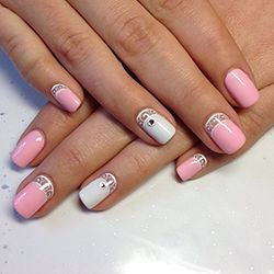 білий манікюр з рожевим лаком