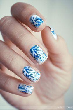 білі нігті з синім малюнком