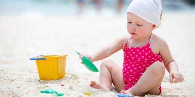дитина на море