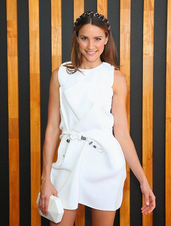 біле плаття з білим клатчем