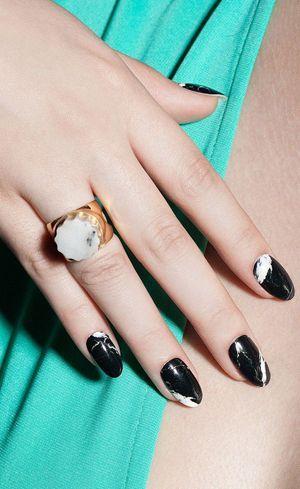 мармурові чорні нігті