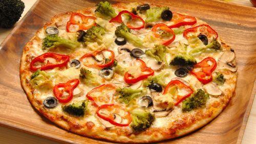 Домашня піца на тонкому тесті - простий рецепт для цінителів італійської кухні