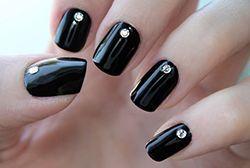 чорний манкюр зі стразами