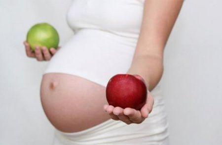 Яблука під час вагітності приносять велику користь