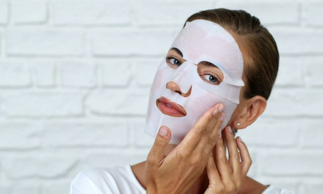 наносити тканинну маску на обличчя