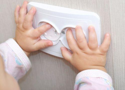 Як убезпечити дитину в квартирі - потенційні ризики і способи їх нейтралізації
