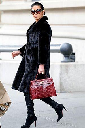 чорна шубка з червоною сумкою