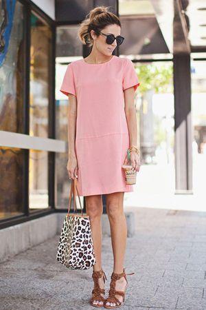 леопардова сумка з рожевим платтям