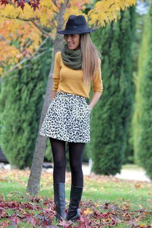 леопардова спідниця з жовтої кофтою