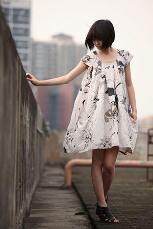 біле безформне плаття