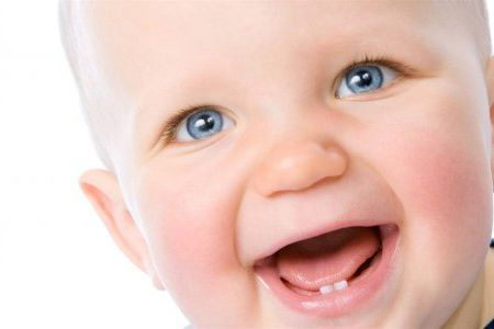 Коли з`являються перші зуби у дитини: терміни, симптоми і ознаки.