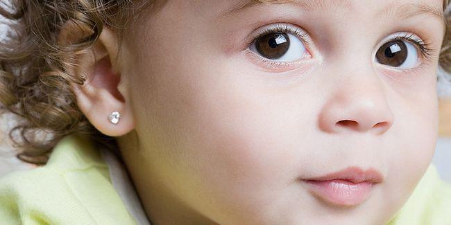 Коли проколювати вуха дитині
