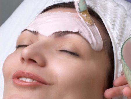 нанесення глини на обличчя