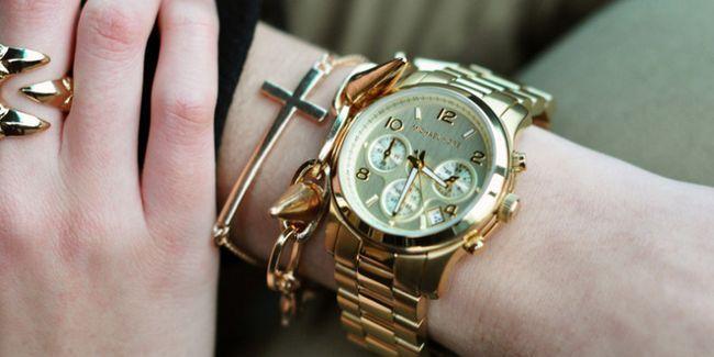 модні жіночий годинник на руці