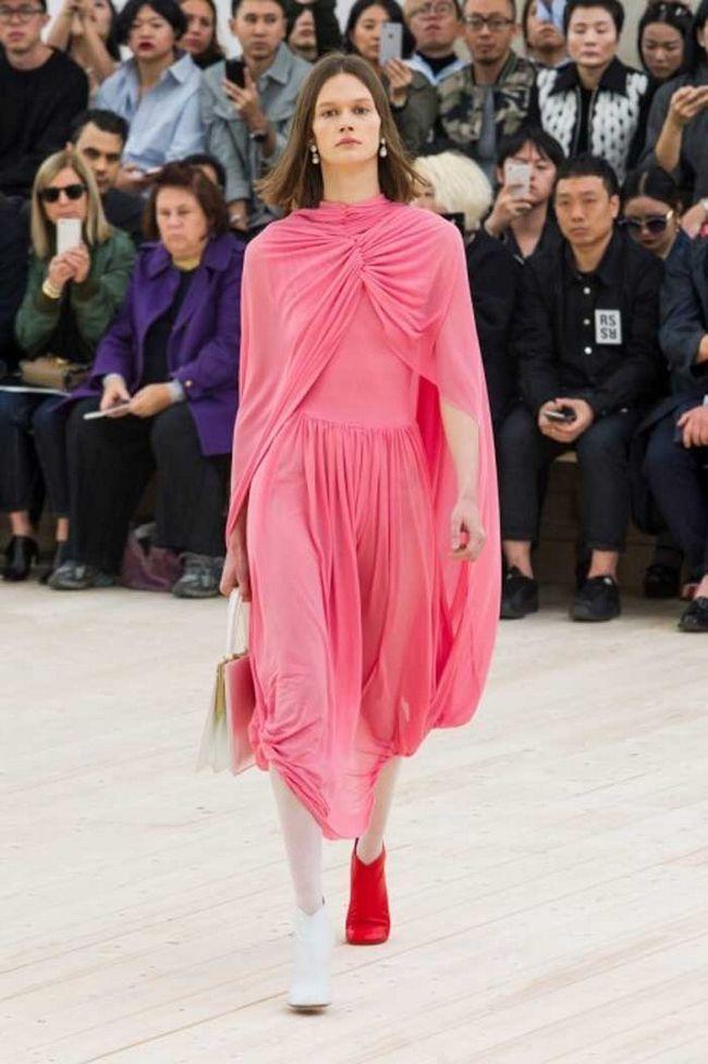 На замітку модницям: тренд - взуття різних кольорів, надіті разом
