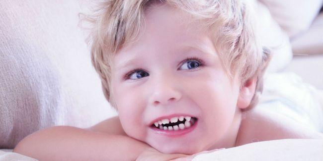 Чому дитина скрипить зубами