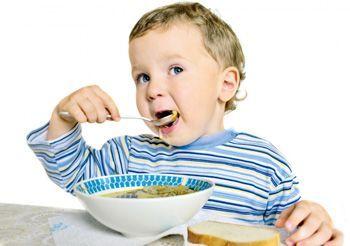 дитина їсть сам