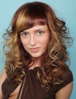 Зачіски з косою чубчиком дозволяють приховати недоліки і виділити гідності!