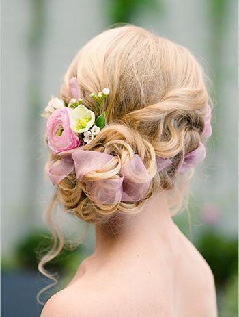 зачіска з заплетеними квітами