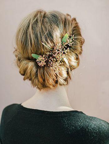 зачіска з квітами у волоссі