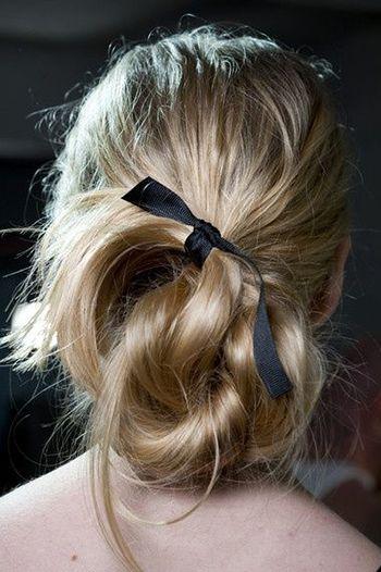 проста зачіска зі стрічкою