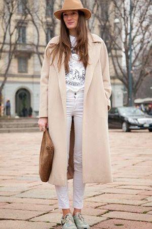 бежеве пальто з сумкою