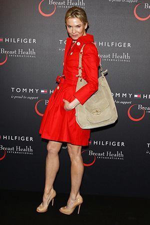 бежева сумка з червоним платтям