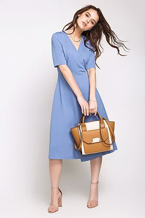 бежева сумка з блакитним сукнею