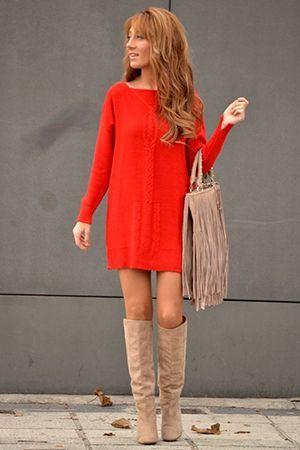 червону сукню з бежевою сумкою