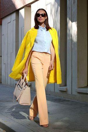 жовтий наряд з бежевою сумкою