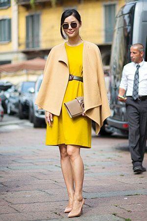 жовта сукня з бежевою сумкою