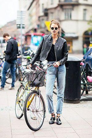 поєднання джинси з чорною курткою