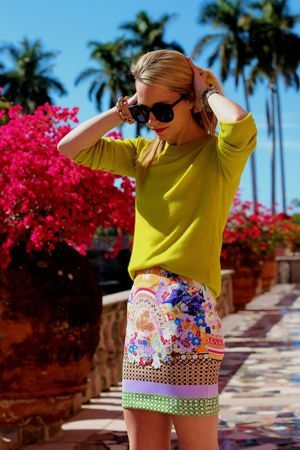 спідниця з квітами і жовтим джемпером