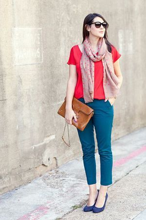 сині штани з червоною кофтою