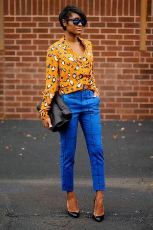 картаті штани з жовтої кофтою