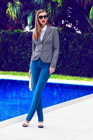 сині штани з сірим піджаком