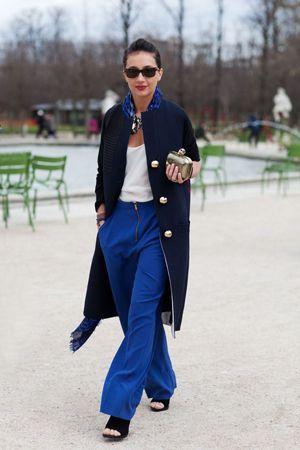 синє пальто з брюками