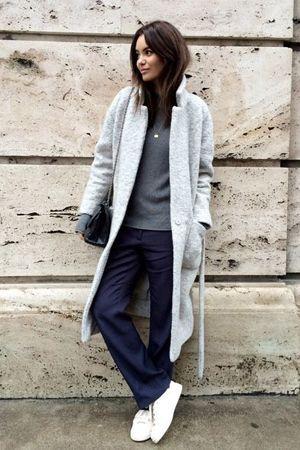 сині штани і сіре пальто
