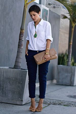сині штани з білою сорочкою