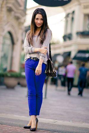 сині штани з джемпером