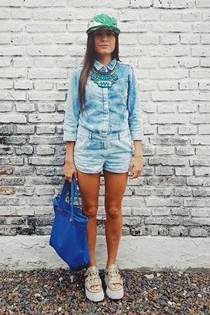 стильний образ з синьою сумкою
