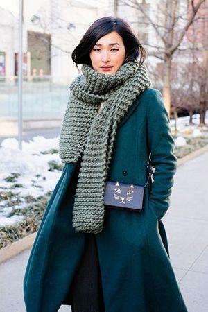 зелене пальто з синьою сумкою