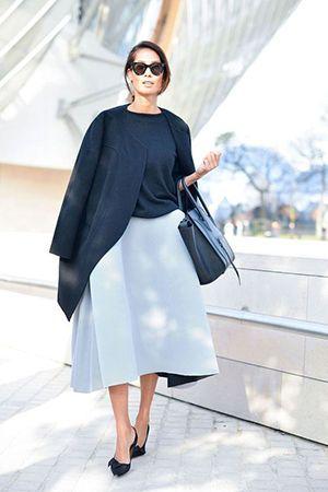 поєднання синього пальто і сумки