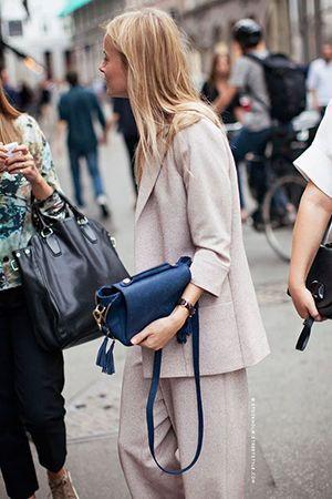 синя сумка з бежевою одягом