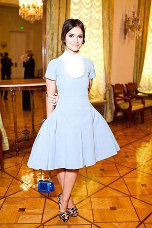 плаття з синьою сумкою