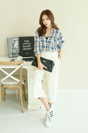 білі штани з блакитною картатій сорочкою