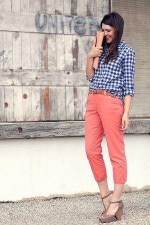 брюки з картатою синьої сорочкою