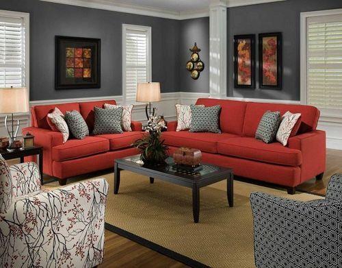 сіра кімната з червоним диваном