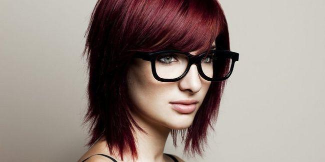 Стрижки з чубчиком на середні волосся: фото стильних образів