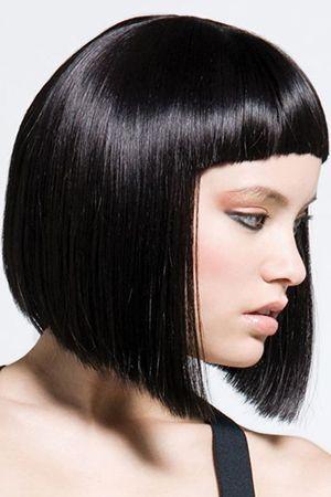 волосся середньої довжини з чубком